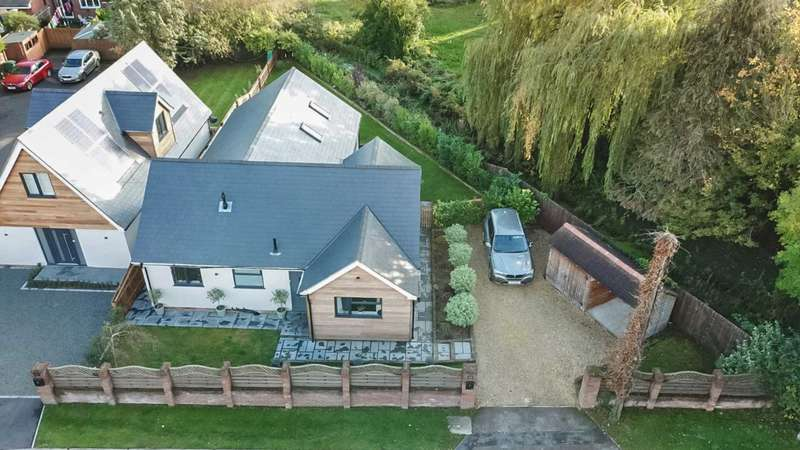 4 Bedrooms Detached House for sale in New Road, Tring