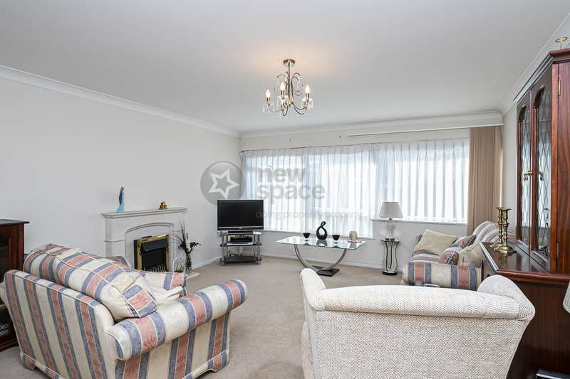2 Bedrooms Flat for rent in St. Winifreds Close, Chingford, IG7