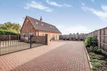 2 Bedrooms Bungalow for sale in Bedford Road, Moggerhanger, Bedford, Bedfordshire