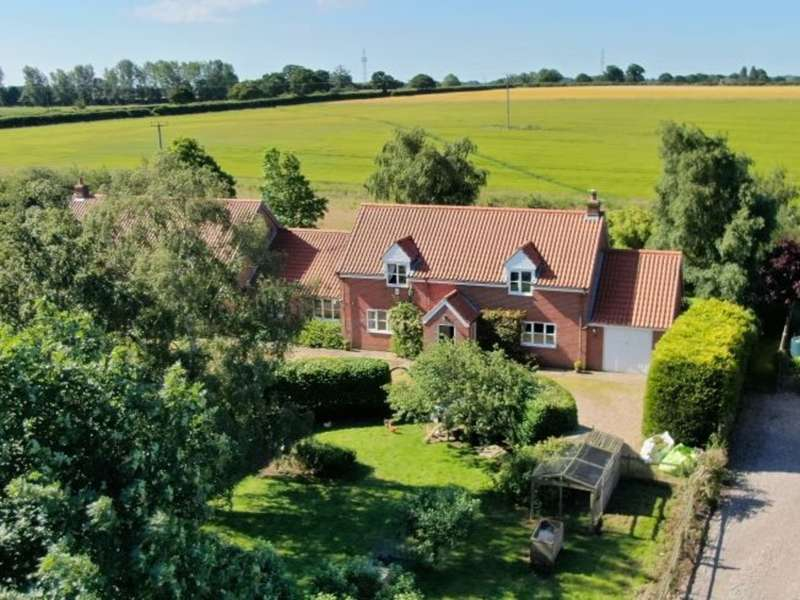 4 Bedrooms Semi Detached House for sale in Low Road, Norton Subcourse
