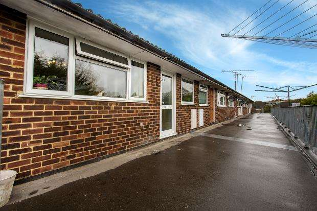 2 Bedrooms Apartment Flat for sale in Aylesham Way, Yateley, Hampshire