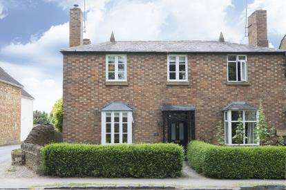 3 Bedrooms Semi Detached House for sale in Leamington Road, Broadway, Worcestershire