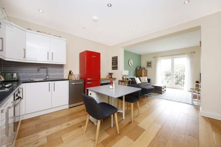 2 Bedrooms Flat for sale in Wellington Gardens Charlton SE7