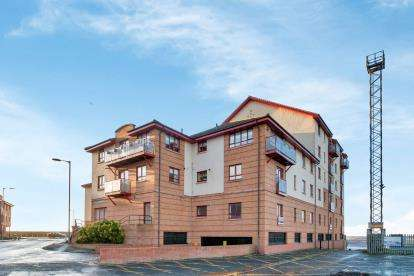 2 Bedrooms Flat for sale in Churchill Tower, South Harbour Street