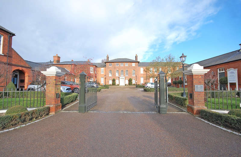 2 Bedrooms Apartment Flat for sale in Old St. Michaels Drive, EXECUTIVE PENTHOUSE APARTMENT, Braintree, CM7