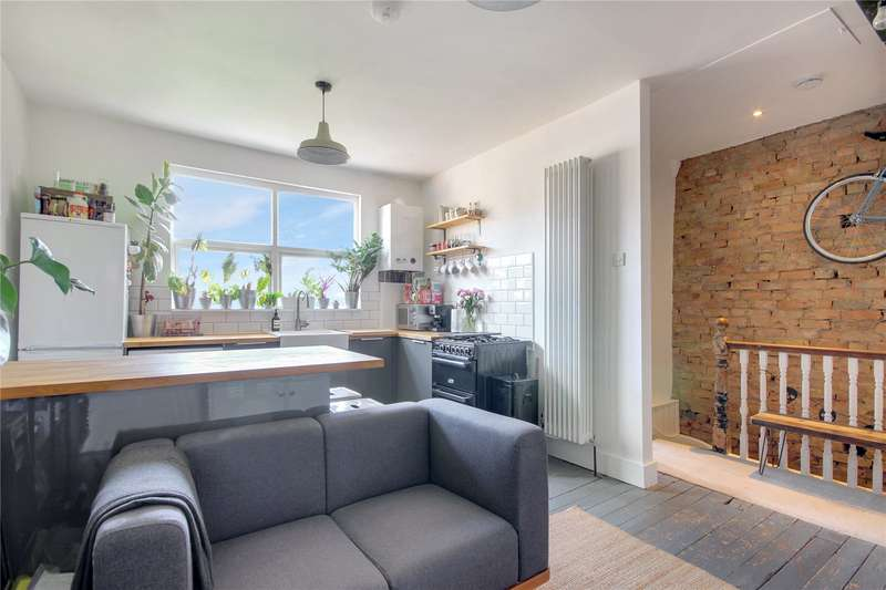 2 Bedrooms Flat for sale in Lyndhurst Road, London