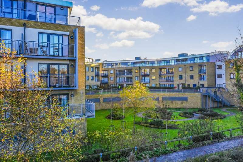 2 Bedrooms Flat for sale in Smeaton Court, Hertford, SG13