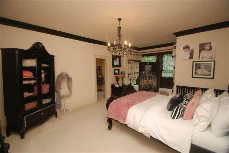 5 Bedrooms Detached House for sale in Mottram Road, Stalybridge, Cheshire, SK15 2RT