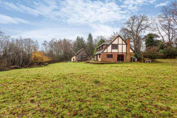 4 Bedrooms Detached House for sale in Colgate, Horsham, West Sussex