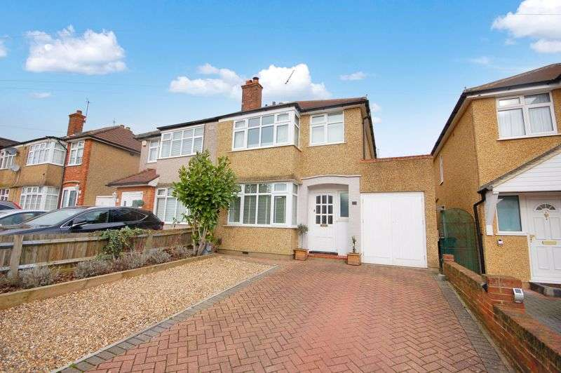 3 Bedrooms Property for sale in Winchester Way, Croxley Green, WD3