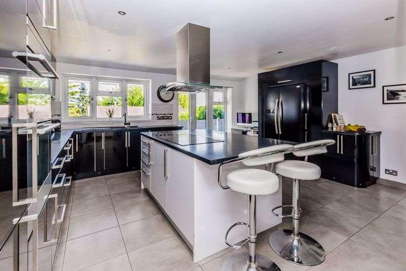4 Bedrooms Property for sale in Tunbury Avenue, Walderslade, Kent