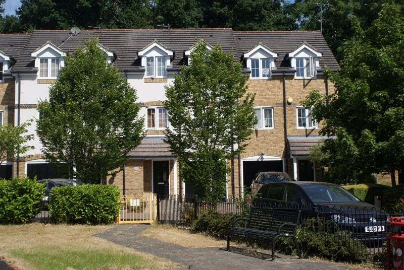 4 Bedrooms Property for sale in Badgers Rise Woodley, Reading