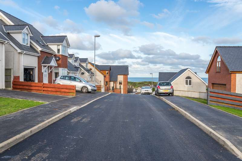 3 Bedrooms Detached House for sale in Bull Bay, Isle Of Anglesey, LL68