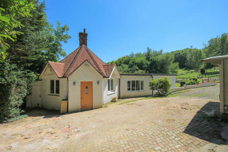 3 Bedrooms Detached Bungalow for sale in Sandhawes Hill, East Grinstead
