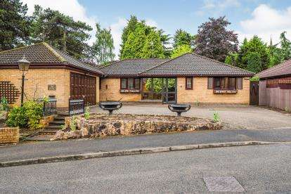 3 Bedrooms Bungalow for sale in The Dene, Rectory Gardens, Wollaton