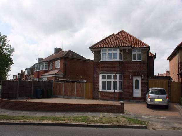 3 Bedrooms Detached House for rent in Crowshott Avenue, STANMORE, Middlesex, UK