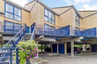 2 Bedrooms Flat for sale in The Mariners, Valetta Way, Rochester, Kent