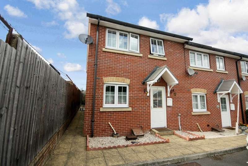 3 Bedrooms End Of Terrace House for sale in St James Drive , Romford