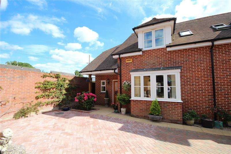 3 Bedrooms Semi Detached House for sale in Old Forge Close, Ringwood, Hampshire, BH24
