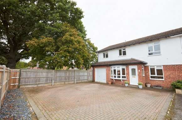 4 Bedrooms Detached House for sale in Weyhill Close, Tadley