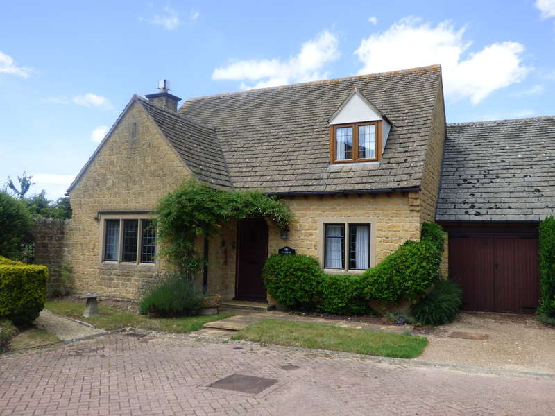 3 Bedrooms Semi Detached House for sale in Inverlea Court, Mickleton