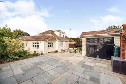 3 Bedrooms Bungalow for sale in Romford, Havering, Essex