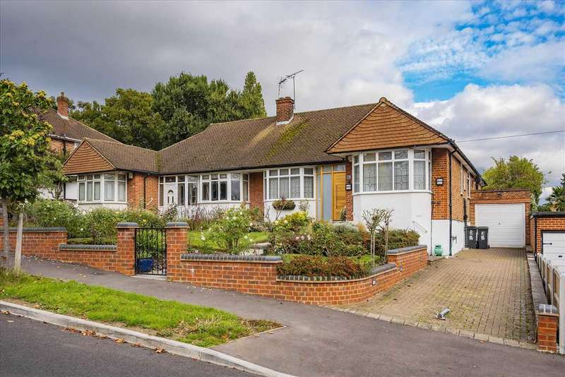 3 Bedrooms Semi Detached House for sale in Bracken Drive, Chigwell