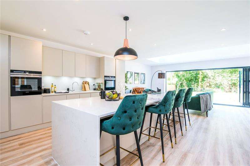 5 Bedrooms Detached House for sale in 'Chestnut House', Thundersley, Essex, SS7