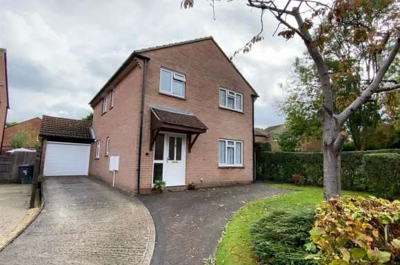 4 Bedrooms Property for sale in Stratfield Avenue, Tadley