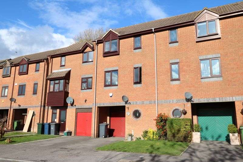 3 Bedrooms Property for sale in Garratts Way, High Wycombe
