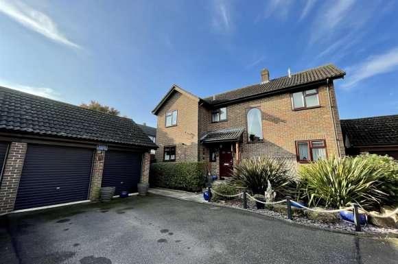 3 Bedrooms Property for sale in Ramptons Meadow, Tadley