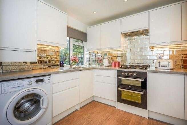 3 Bedrooms Flat for sale in Sellindge Close, Beckenham, BR3