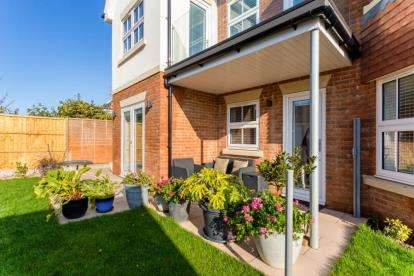 2 Bedrooms Flat for sale in 2 Osborne Road, Lee-On-The-Solent, Hampshire