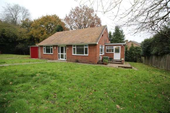 3 Bedrooms Bungalow for rent in West Street, Tadley, RG26