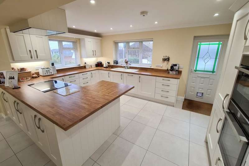 5 Bedrooms Detached House for sale in Jubilee Road, Sandleheath, Fordingbridge, SP6 1DP