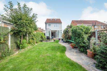 3 Bedrooms Detached House for sale in Takeley Close, Romford, Essex