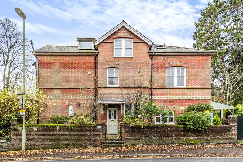 2 Bedrooms Flat for sale in St. Cross Road, Winchester