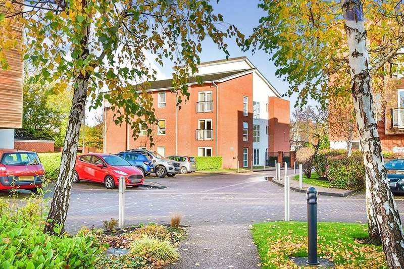 2 Bedrooms Flat for rent in Romana Square, Altrincham, WA14