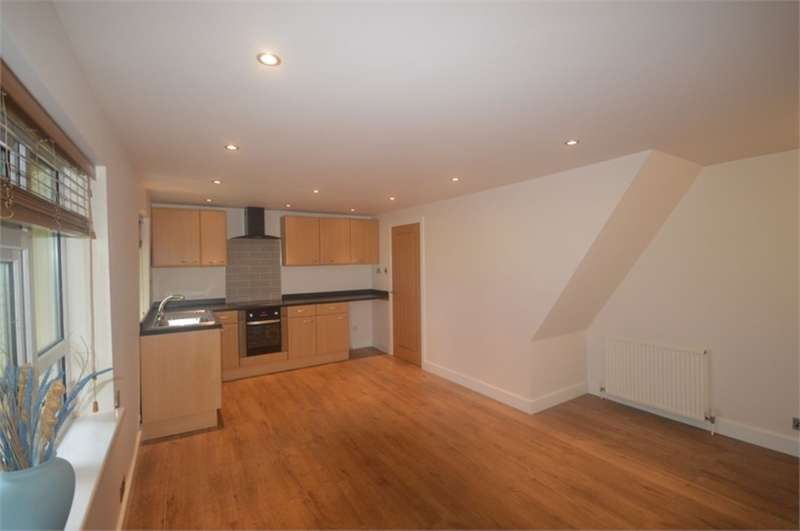 2 Bedrooms Flat for rent in Daw Royds, Almondbury, HUDDERSFIELD, West Yorkshire