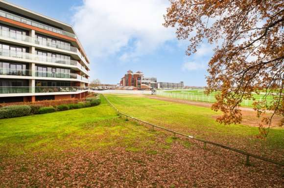 2 Bedrooms Flat for sale in Racecourse Road, Racecourse, Newbury, RG14