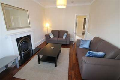 2 Bedrooms Flat for rent in Deanston Drive, Shawlands