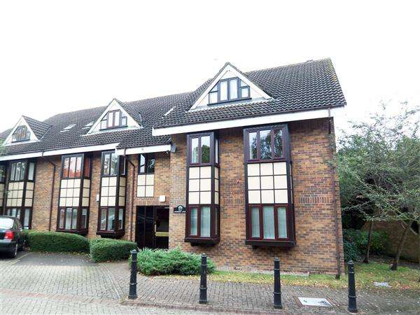 2 Bedrooms Apartment Flat for rent in Connaught Court, Hills Road, Buckhurst Hill