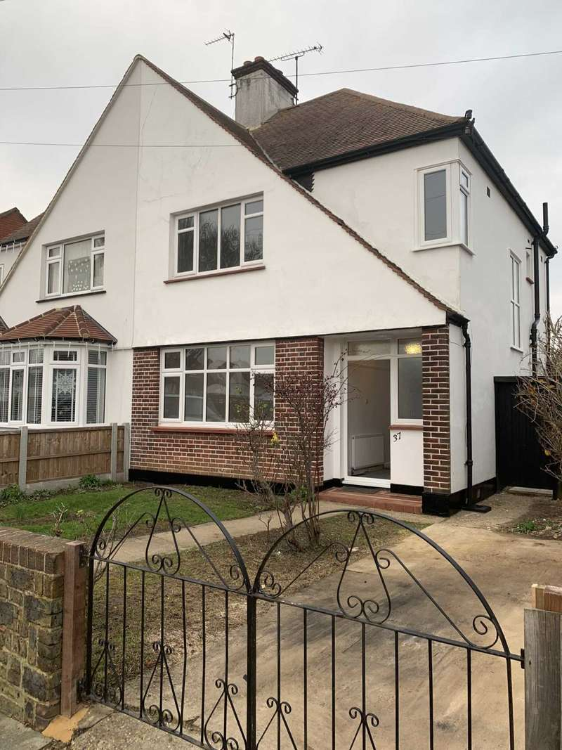 3 Bedrooms Semi Detached House for rent in Poyning Avenue, Southend On Sea