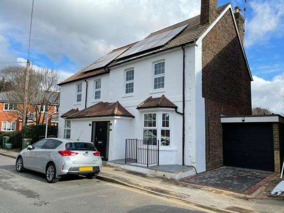 4 Bedrooms Detached House for sale in Guildford, Surrey, United Kingdom