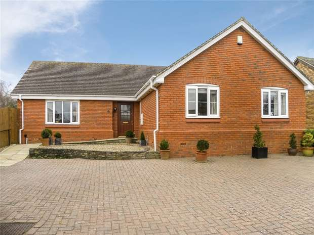 3 Bedrooms Detached Bungalow for sale in Pear Tree Close, Bromham, Bedford