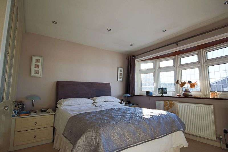 3 Bedrooms Property for sale in Spacious Family Home in central North Weald CM16