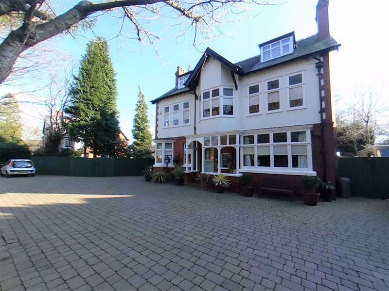 5 Bedrooms Detached House for sale in Dunham Road, Altrincham