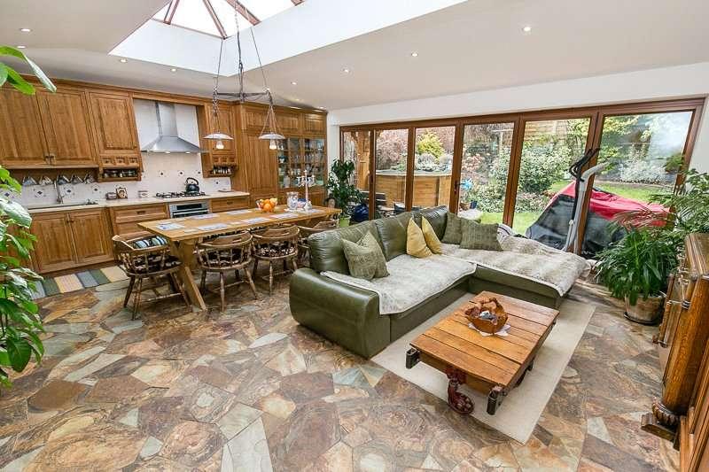 3 Bedrooms Detached Bungalow for sale in Caterham Drive, COULSDON, Surrey, CR5