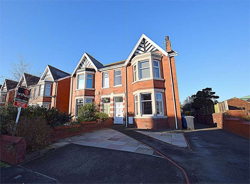 3 Bedrooms Flat for rent in First Floor Flat, 4 Beach Avenue, Fairhaven, Lytham St Annes, Lancashire, FY8 1BA