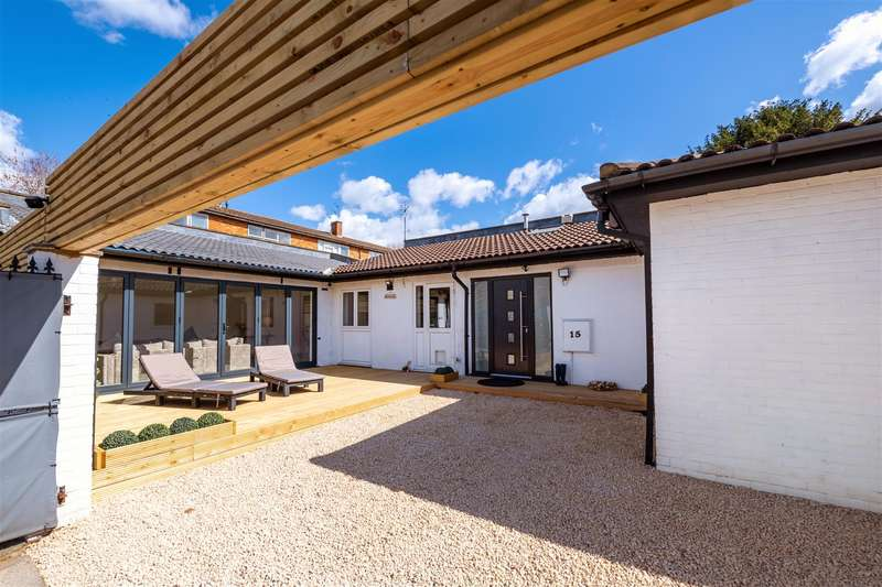2 Bedrooms Detached Bungalow for sale in Courtlands Avenue, London